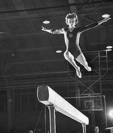 Latynina, en un ejercicio en la barra de equilibrio