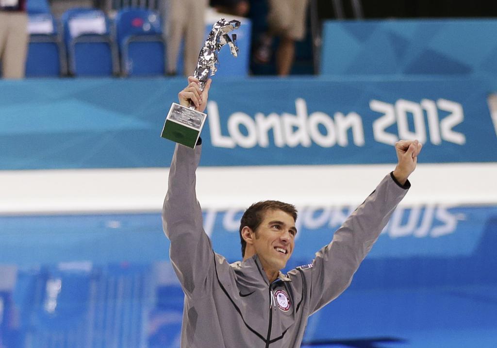 En Londres la FINA le otorgo este trofeo como el deportista con más...