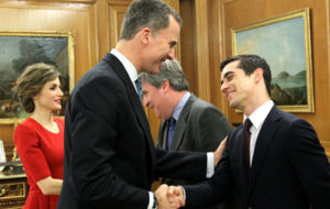 Don Felipe saluda a Javier Fern�ndez.