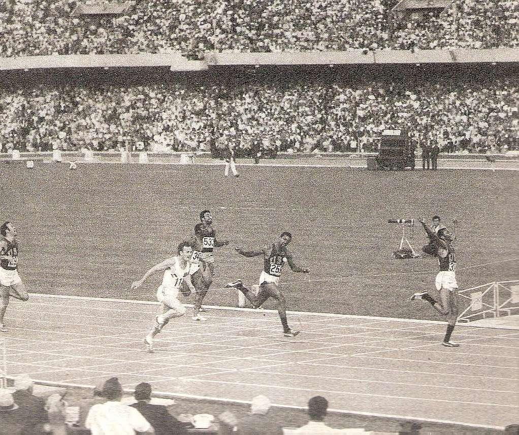 La final de 200 metros lisos, antes de la entrega de medallas