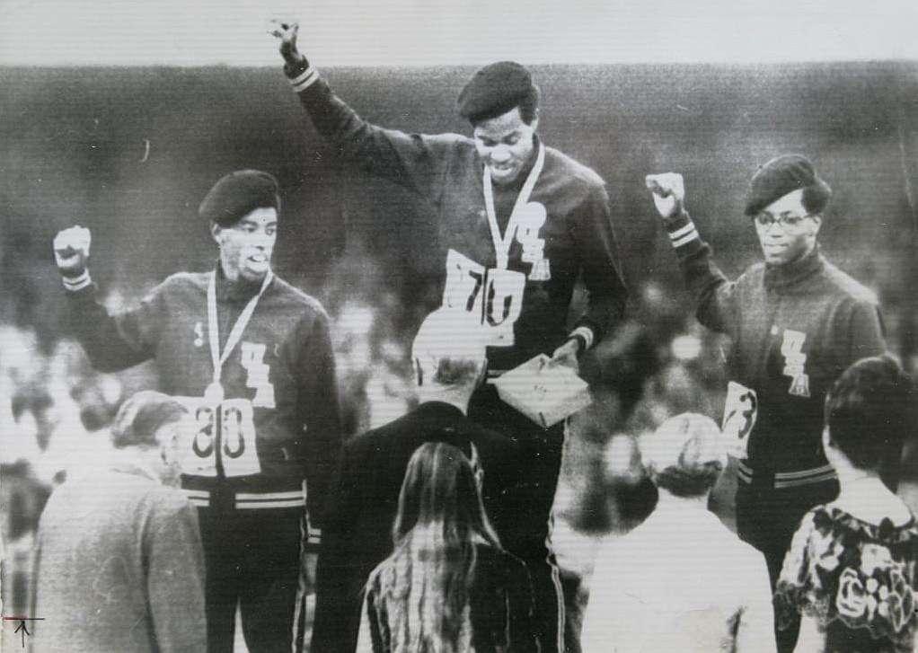 El gesto, copiado en el podio de los 400 metros