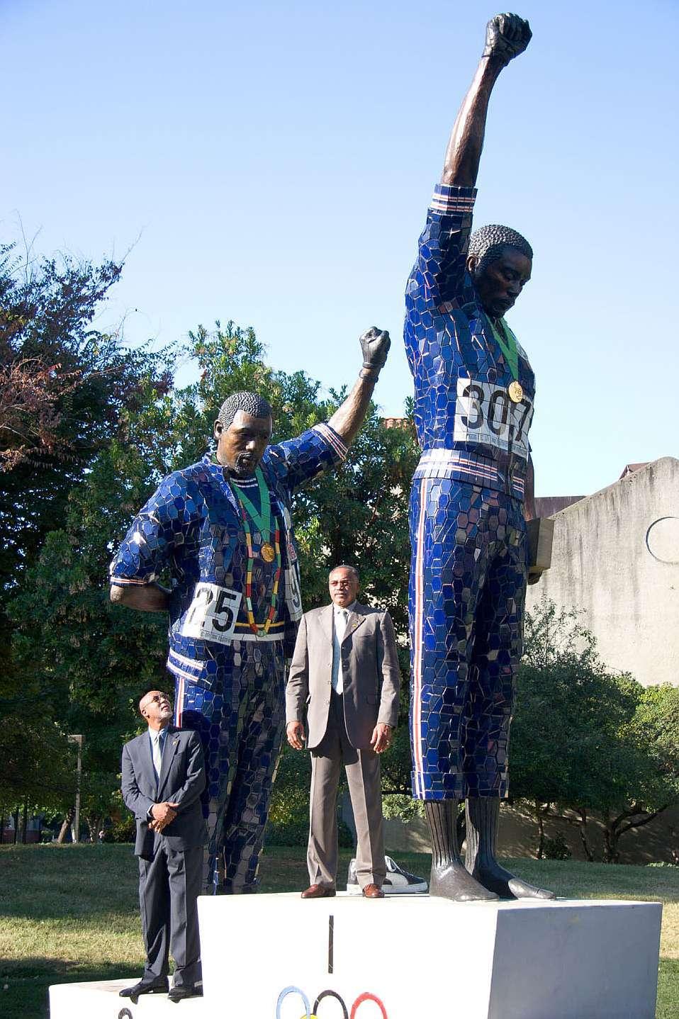 Monumento, con sus dos protagonistas, en la Universidad de San José...