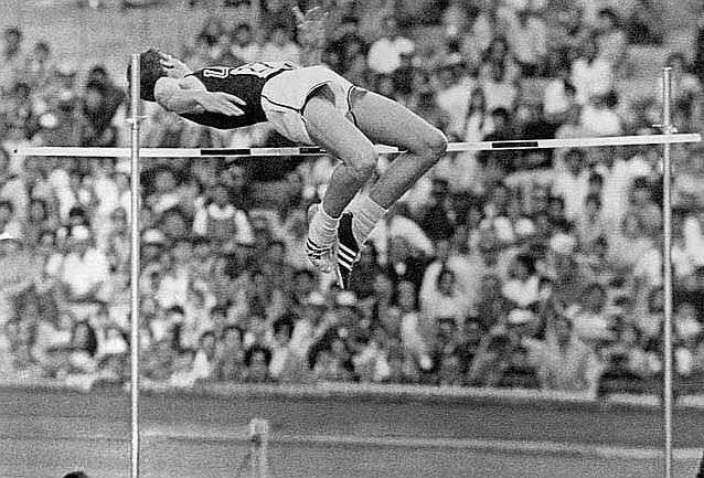 Fosbury supera la barrera en el salto con el que logró el oro en...