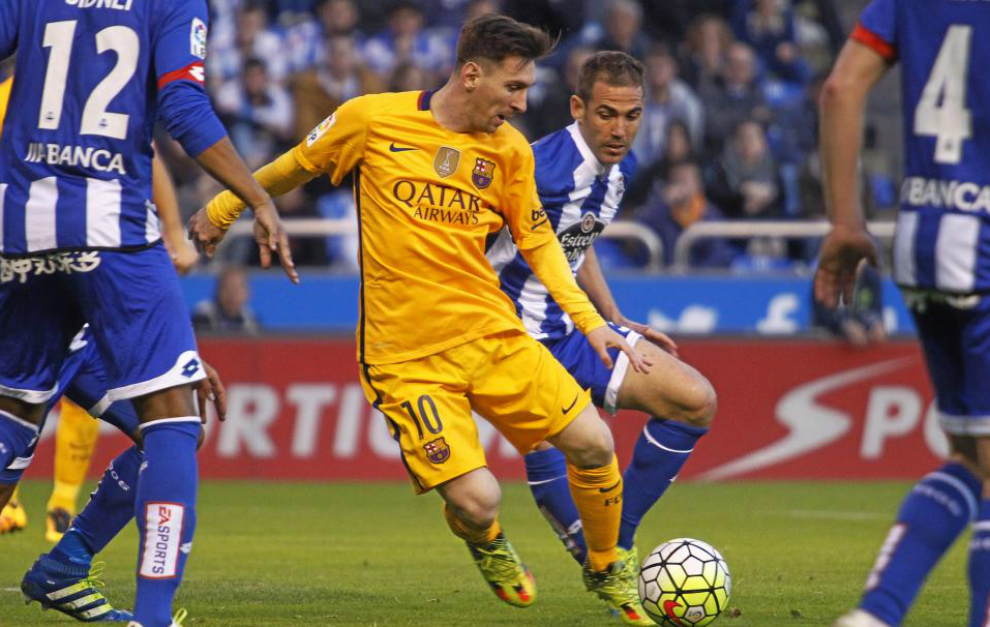 Messi intenta dar un pase en el encuentro ante el Deportivo.