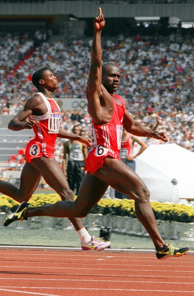 Johnson, con el dedo en alto por delante de Lewis