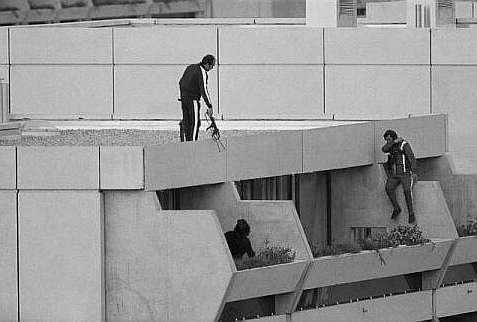 Miembros de la policía alemana, por los tejados del recinto