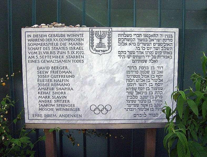 Placa en alemán y habreo que homenajea a las víctimas en el mismo...