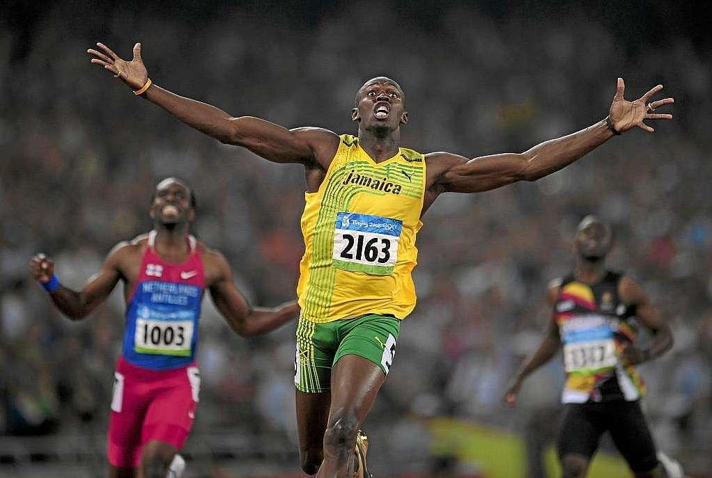 Bolt festejando su victoria en los 100 metros lisos en Pekín 2008