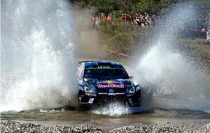 Latvala cruzando un vado de agua con su Volkswagen.