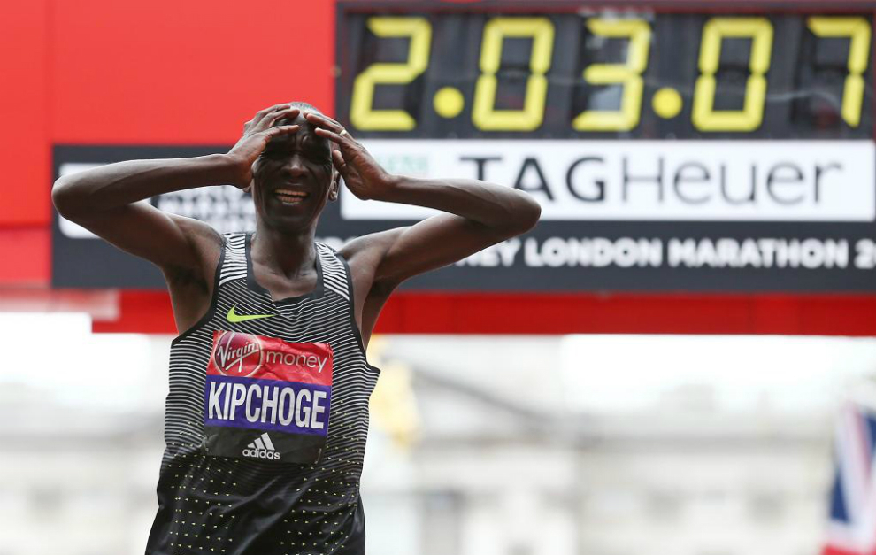 Kipchoge entra en meta en Londres.