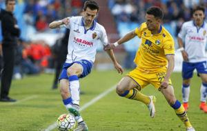 Lanzarote protege un bal�n en el partido contra el Alcorc�n.