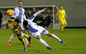 Toch� y Pablo Ins�a disputan un bal�n en el Legan�s-Oviedo de la...