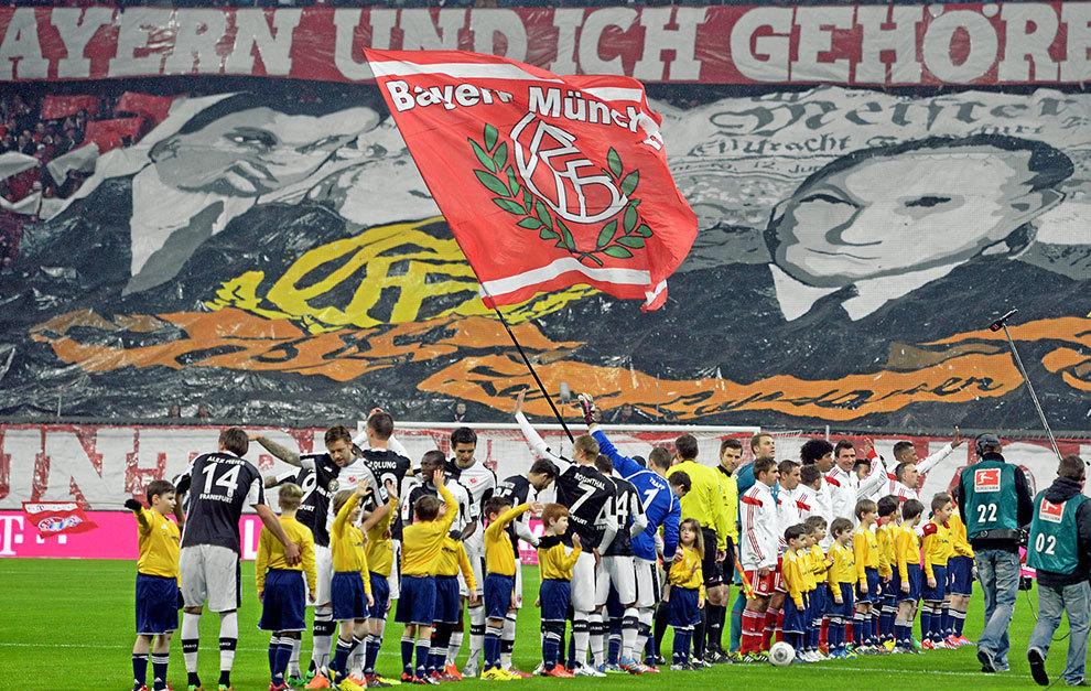La imagen de Kurt Landauer, en el fondo del Allianz Arena durante un...