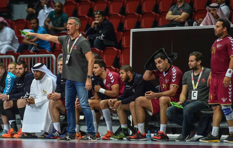 Toni Gerona, dirigiendo aun partido de la Liga de Qatar