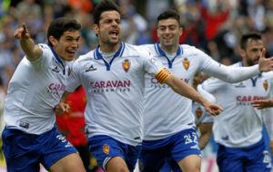 Dorca celebra un gol con sus compa�eros.