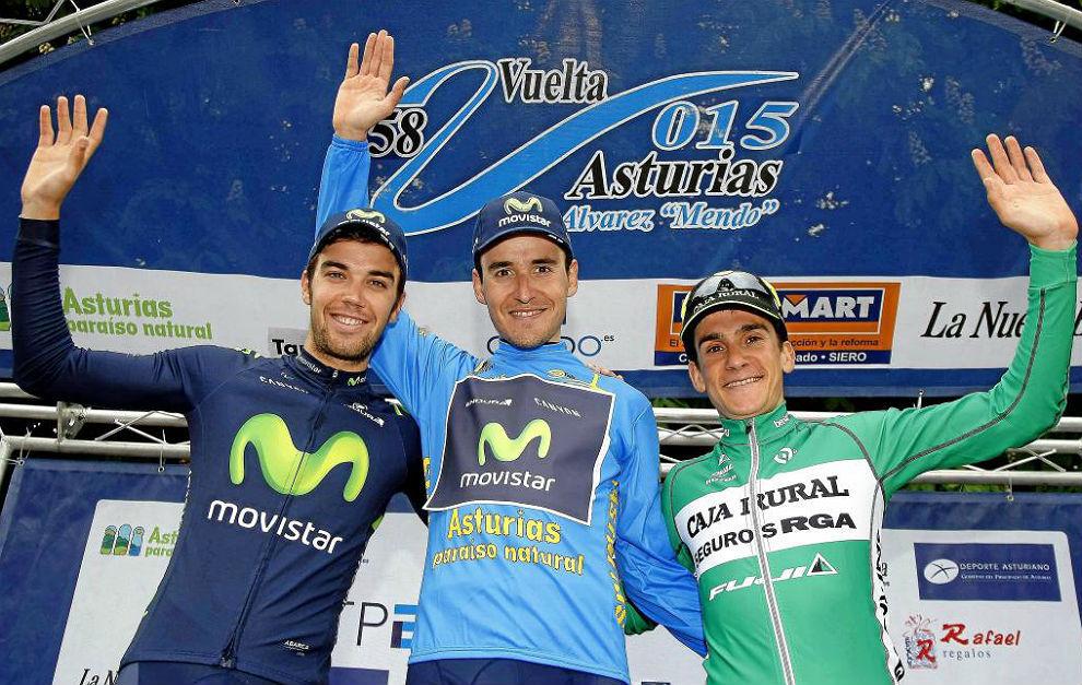 El podio de la Vuelta a Asturias 2015, con Antón, Jesús Herrada y...