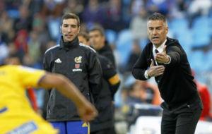 Lluís Carreras da instrucciones a sus jugadores durante el último...