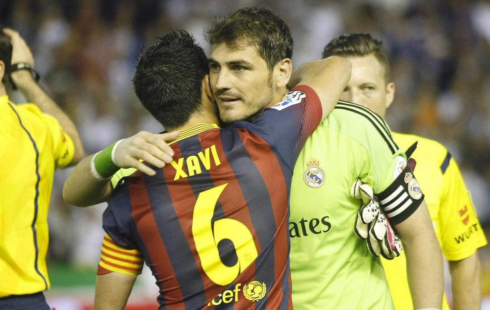 Xavi y Casillas se abrazan en la final de Copa del Rey de la temporada...