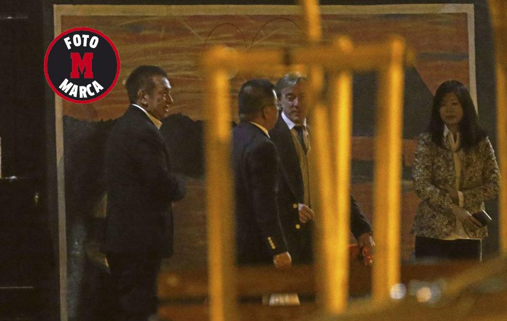 Peter LIm y García Pitarch saliendo de la reunión nocturna de este...