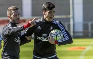 Roberto Torres y Mikel Merino bromean durante un entrenamiento en...