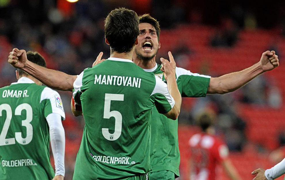 Gabriel celebra su gol, a la postre el del triunfo, junto al capitán...