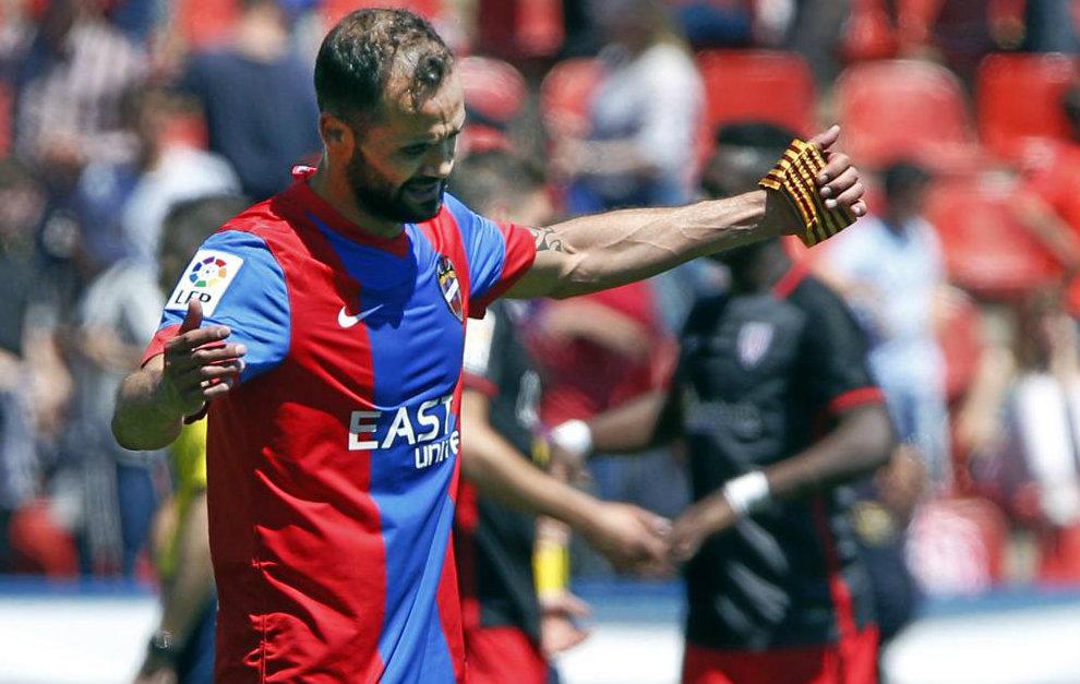 Juanfran García (39) se lamenta tras el empate cosechado en el Ciutat...