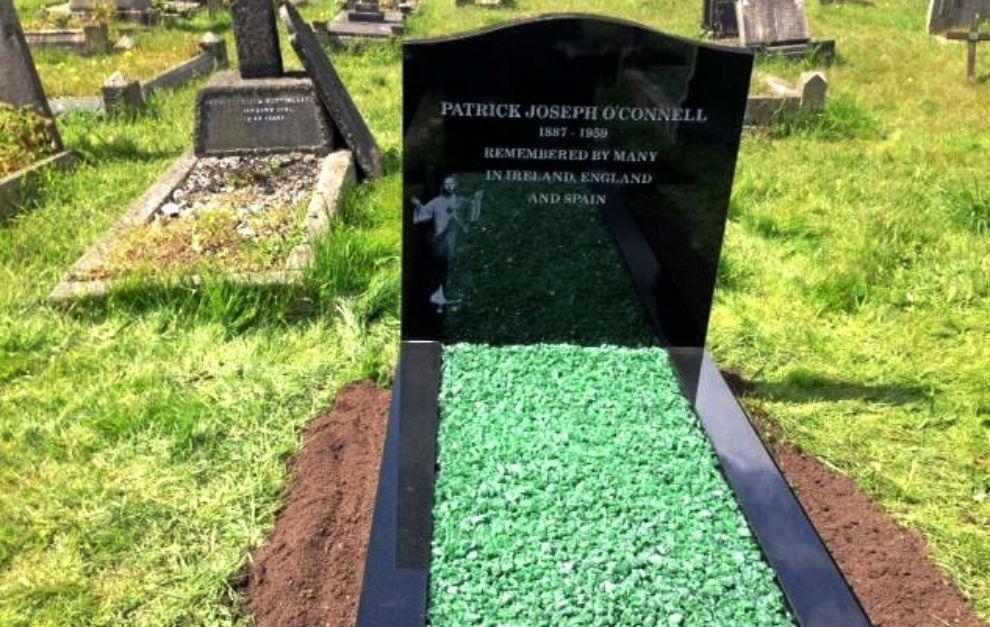 Original lápida con césped en recuerdo de Patrick O'Connell,...