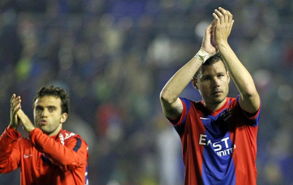 Rossi (28) y David Navarro (35) saludan a la grada tras un partido con...