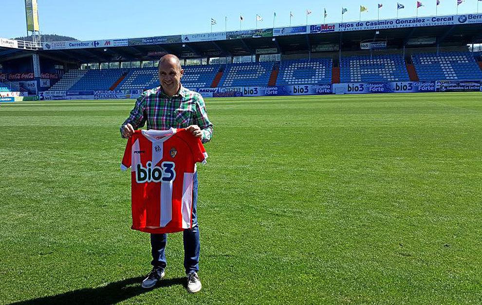 El propio Fran Domínguez posa con la camiseta que recuerda a la que...
