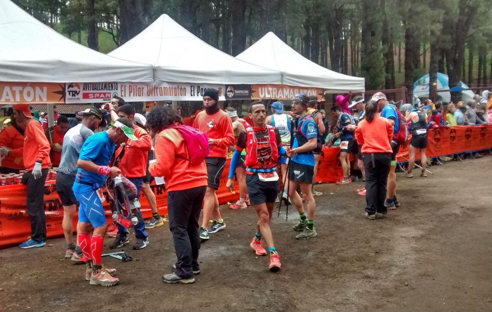 Varios corredores en el Refugio de El Pilar, en el km 24 de la...