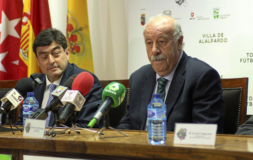 El seleccionador nacional, Vicente del Bosque en una rueda de prensa...