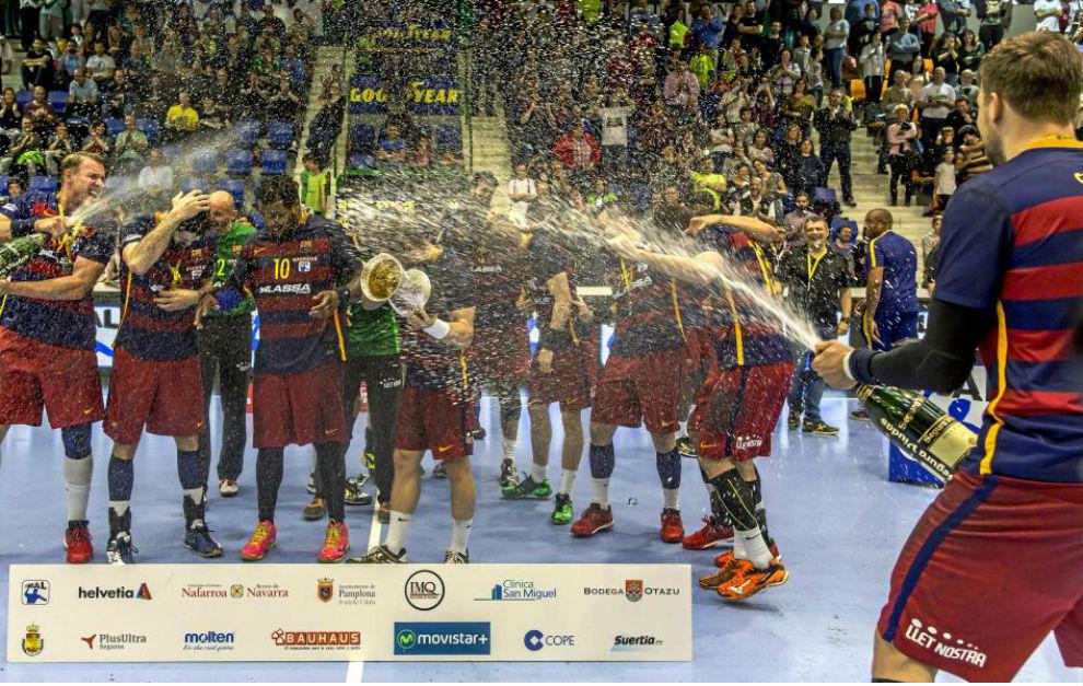 Los jugadores del Barcelona celebrando la consecución de la Copa del...