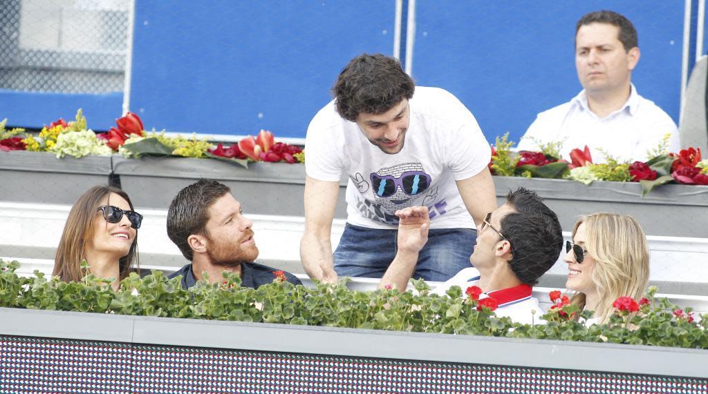Sergio Llull saludando a Álvaro Arbeloa en un torneo de tenis en 2012