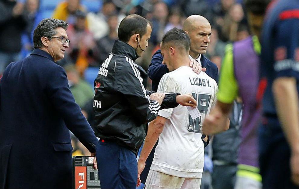 Lucas se retira lesionado mientras es consolado por Zidane