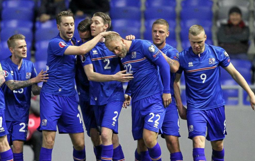 Los jugadores de Islandia celebran un gol durante la clasificación...