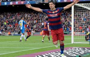 Luis Su�rez celebra un gol en el derbi del Camp Nou.