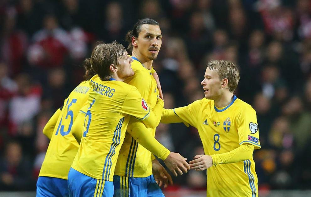 Ibra celebra con sus compañeros un gol en la repesca.