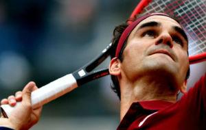 Roger Federer realiza un saque durante un partido en Roma.