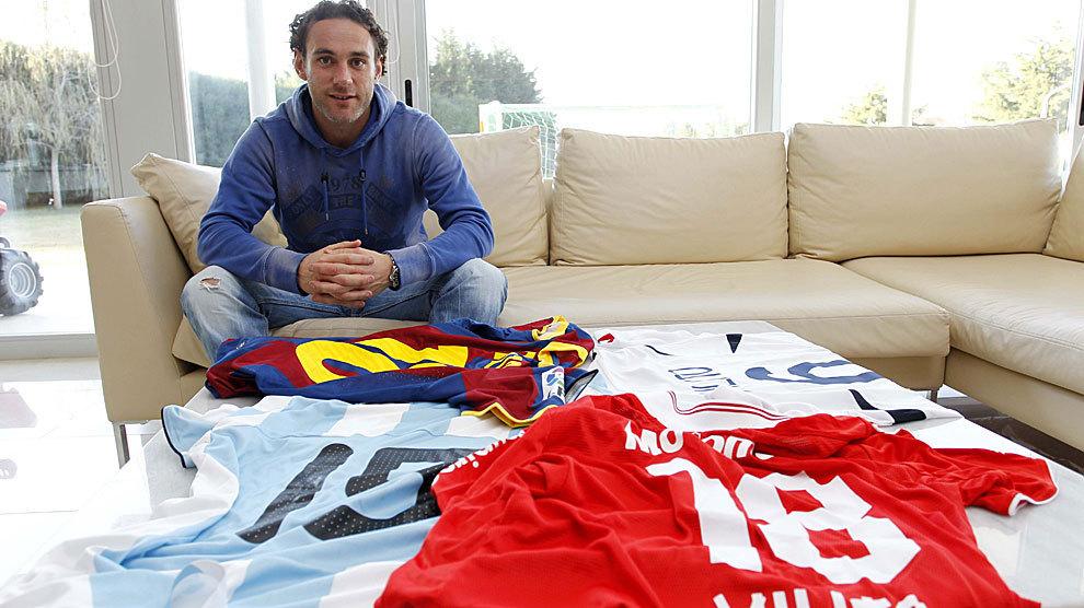 Gabriel Milito posa con las camisetas de Independiente, Argentina,...