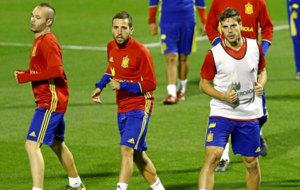 Iniesta, Jordi Alba y Azpilicueta, en un entrenamiento con Espa�a.