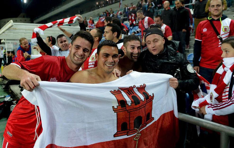 El centrocampista de Gibraltar Robert Guilling y sus compañeros...