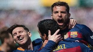 Jordi Alba festeja un gol con Suárez y Messi.