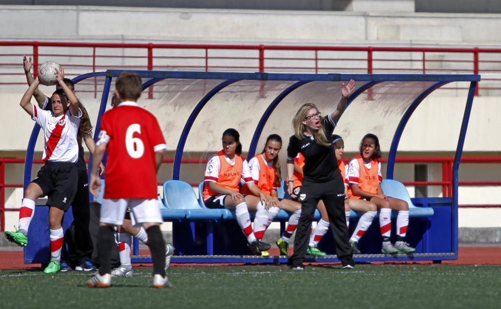 Banquillo liderado por Virginia León, la entrenadora del equipo...