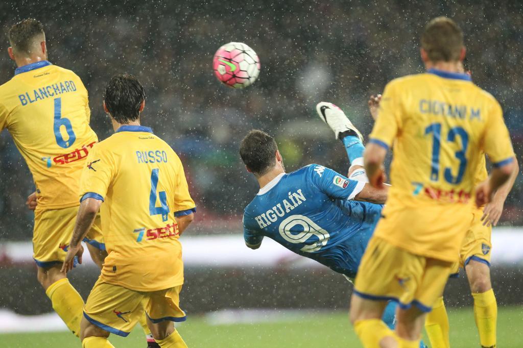 Higuaín realiza una chilena ante los defensores del Frosinone.