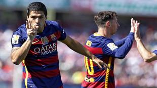 Suárez celebra uno de sus goles ante el Granada en el estadio de los...