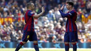 Iniesta y Messi se chocan las manos en un partido de esta temporada