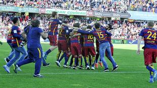 Los jugadores del Barcelona celebran el título en Los Cármenes