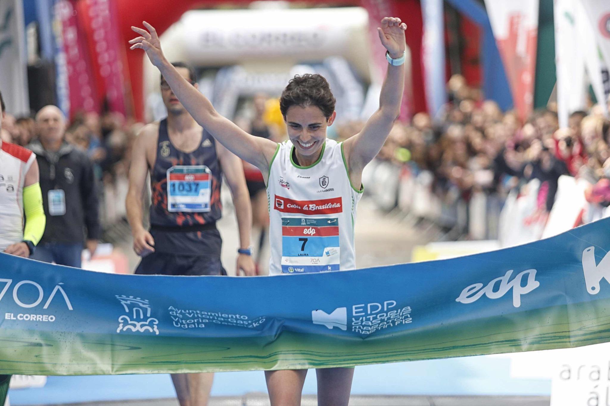 Laura García Mejuto entra en meta como ganadora.