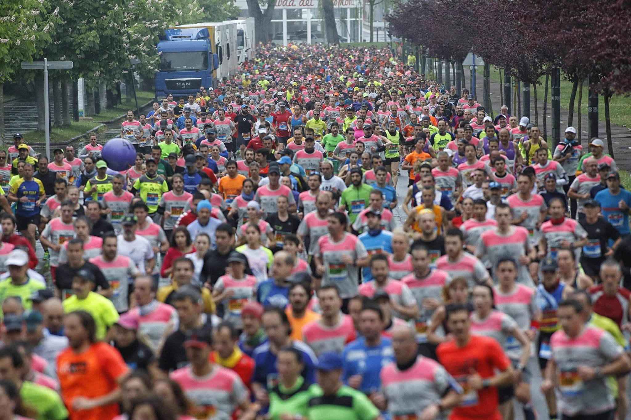Los participantes del Maratón tras tomar la salida.