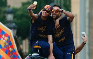 Neymar y Claudio Bravo se hacen un 'selfie' durante la r�a...